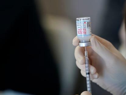 Profissional sanitário prepara uma dose da vacina do laboratório Moderna contra a covid-19 na Louisiana, sul dos EUA.