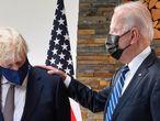 Johnson y Biden conversan durante su encuentro en Cornuelles (Reino Unido), este jueves.