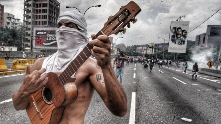 Tomás Vivas, 29 anos, com instrumento tradicional de cordas da Venezuela