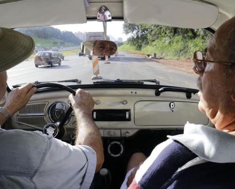 Os amigos Ivan e Fael viajarão até México em um fusca.
