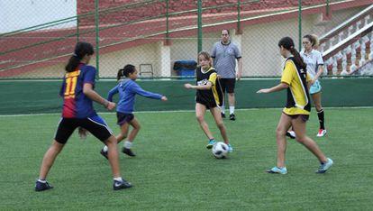 Meninas jogam futebol no clube Gurilândia, no Rio.