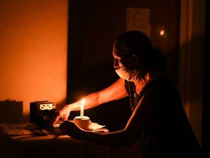 Maria Félix de Carvalho, 58 anos, comerciante, moradora do residencial Macapaba, durante o apagão de energia na capital do Amapá.