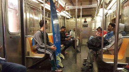 Passageiros em uma linha do metro de Nova York