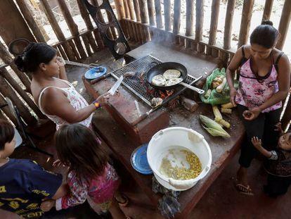 Índios guarani dia 11 de abril de 2019, em una reserva indígena em São Paulo.