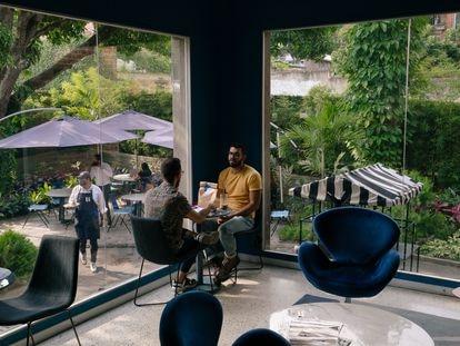 Clientes no café da loja de luxo Maison 11, em Caracas, Venezuela.
