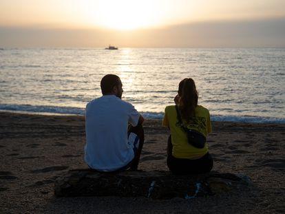Casal na praia de barceloneta, em Barcelona no dia 8 de maio.