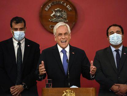 Sebastián Piñera (centro) anuncia o estado de exceção nas regiões de Araucanía e Biobío, nesta terça-feira, no palácio de La Moneda.