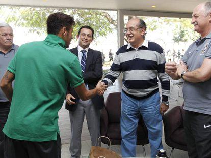 Neymar cumprimenta Gilmar Mendes em junho de 2013, em concentração da seleção brasileira