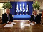 GRAF3372. JERUSALÉN, 20/04/2020.- El primer ministro israelí, Benjamín Netanyahu (d), firma junto al centrista Beny Gantz (i) el acuerdo alcanzado este lunes mediante el cual Netanyahu seguirá siendo jefe de Gobierno israelí durante el primer año y medio de Ejecutivo unitario y que pondrá fin a más de un año de bloqueo político en el país. EFE/ Parlamento Israelí SÓLO USO EDITORIAL? NO VENTAS