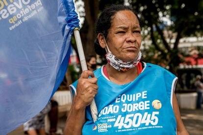 Rosângela Soares da Silva Pereira aguarda Bruno Covas em evento de campanha: ele acabou não aparecendo.