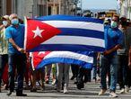 """HAB15. LA HABANA (CUBA), 11/07/2021.- Un grupo de personas responden a manifestantes frente al capitolio de Cuba hoy, en La Habana (Cuba). Cientos de cubanos salieron este domingo a las calles de La Habana al grito de """"libertad"""" en manifestaciones pacíficas, que fueron interceptadas por las fuerzas de seguridad y brigadas de partidarios del Gobierno, produciéndose enfrentamientos violentos y arrestos. EFE/Ernesto Mastrascusa"""