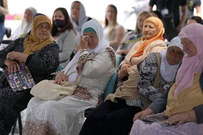 Mulheres de Srebrenica que acompanham a transmissão ao vivo do tribunal aguardam o anúncio do veredicto sobre o ex-chefe militar Ratko Mladic.