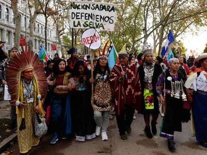 Um grupo de indígenas se dirige à manifestação desta sexta-feira em Madri para protestar pela mudança climática.