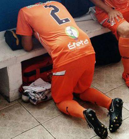 Time laico: jogador do Manthiqueira faz sua oração em silêncio no vestiário.
