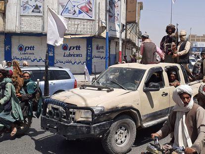 Combatentes do Talibã a bordo de uma caminhonete, no dia 13 de agosto, em Kandahar.