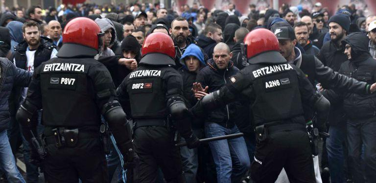 A Polícia basca tenta conter um grupo de 30 e 40 ultras franceses.