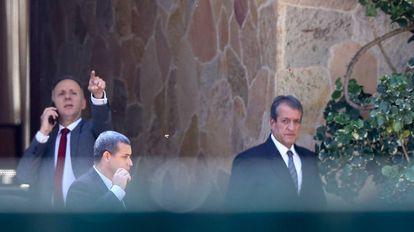 Valdemar Costa Neto (de gravata escura), em rara aparição no dia 11, ao deixar a casa do presidente da Câmara, Rodrigo Maia.
