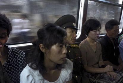 Passageiros no metrô de Pyongyang na segunda-feira.