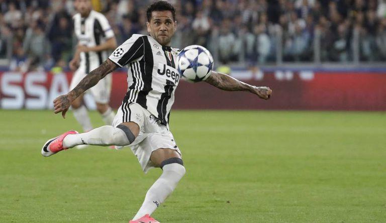 Daniel Alves marcou um golaço contra o Monaco.