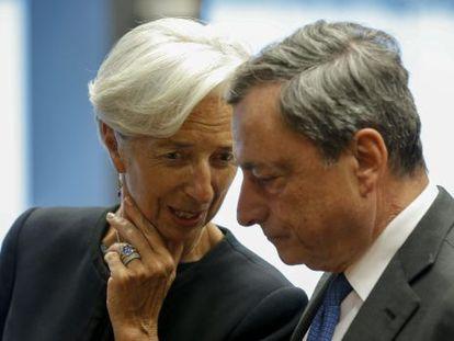 Draghi com Lagarde em uma reunião do Eurogrupo.