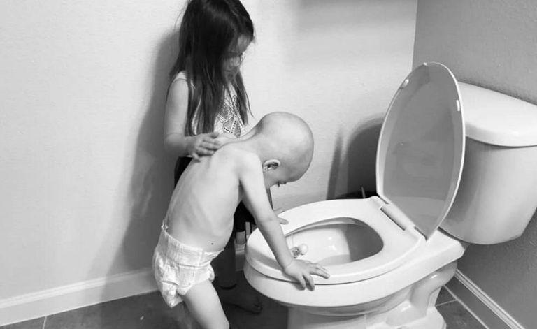 Foto em que se vê como Audrey (5 anos) consola o irmão mais novo, Beckett.