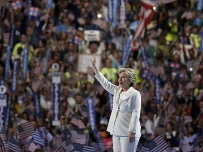A candidata democrata é ovacionada pelos delegados em Filadélfia.