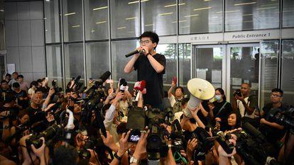 O ativista Joshua Wong fala com a imprensa após ser libertado, nesta segunda-feira, em Hong Kong.