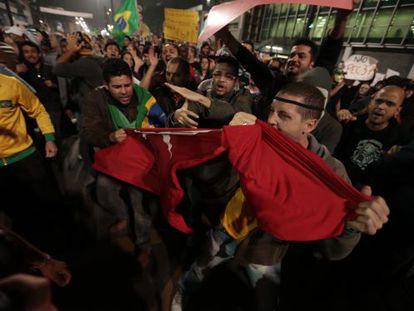 Manifestantes rasgam a bandeira do PT em 20 de junho de 2013.