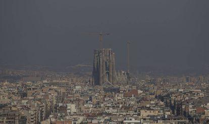 Vista aérea de Barcelona durante um dia de poluição em janeiro de 2020.