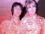 John Lennon y su esposa Cynthia Lennon en el aeropuerto Heathrow de Londres en el verano de 1968.