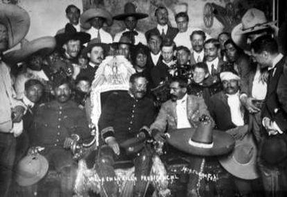 Pancho Villa e Emiliano Zapata no Palácio Presidencial em 1914.