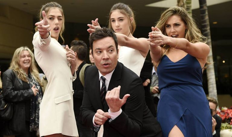 Jimmy Fallon posa junto com as Miss Golden Globes 2017, as irmãs Sistine, Scarlet e Sophia Stallone.