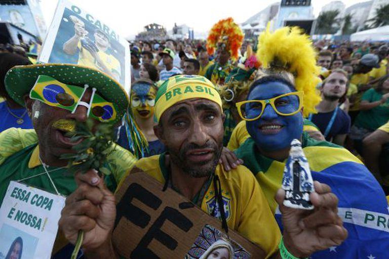 Brasileiros acompanham o jogo contra a Colômbia.