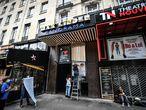 Empleados preparaban la reapertura de un cine en París, el jueves.