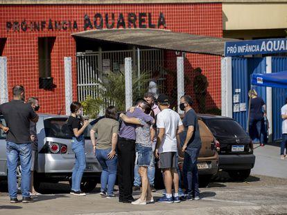 Familiares diante da escola Aquarela, em Saudades, Santa Catarina, alvo de ataque.