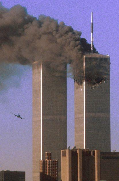 O voo 175 da United Airlines antes de colidir contra a Torre Sul do World Trade Center de Nova York, em 11 de setembro de 2001.