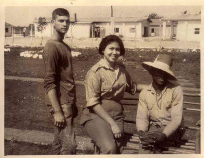 A psicóloga Liliana Morenza, junto a dois homossexuais recluídos em 1967 na cidade de Camagüey.