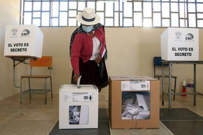Uma mulher vota na localidade equatoriana de Cuenca neste domingo, 7 de fevereiro.