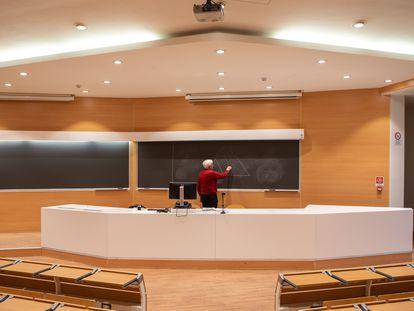 Um professor do Instituto Politécnico de Milão grava sua aula. Em vídeo, declarações do secretário-geral da OMS