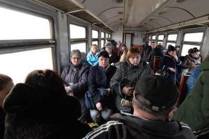 Viajando em um ônibus em Avdiivka na quinta-feira.