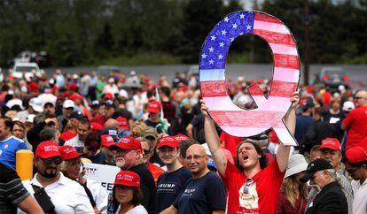 """Participante de um comício de Donald Trump em agosto de 2018 na Pensilvânia segura um enorme """"Q"""", simbolizando o movimento QAnon."""