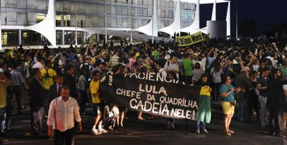 Protesto diante do Planalto contra Dilma.