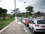 Fila de carros para a vacinação no Pacaembu