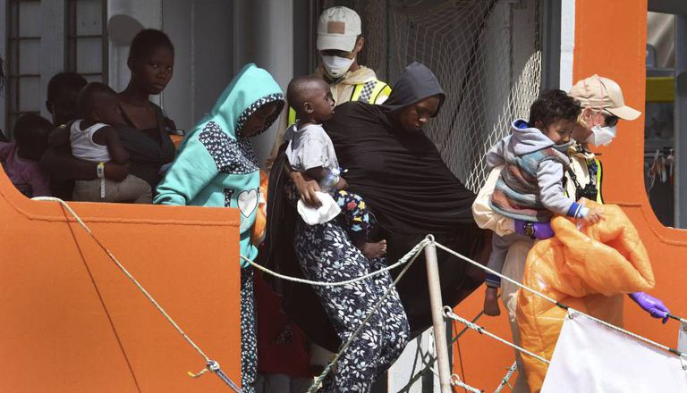 Um grupo de imigrantes desembarca em Salerno na terça-feira, dia 10.