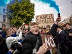 Los fanáticos del Chelsea protestan contra la Superliga europea, el 20 de abril de 2021 en Londres, Inglaterra.