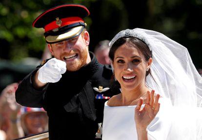 Príncipe Harry e Meghan Markle acenam para curiosos no casamento deles no castelo de Windsor.