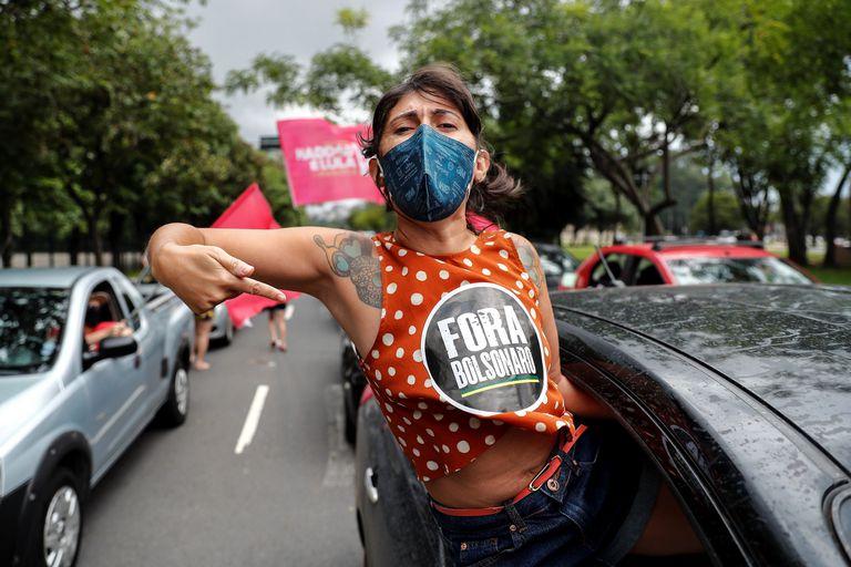 Manifestantes protestam em carreta contra Bolsonaro neste sábado em São Paulo.