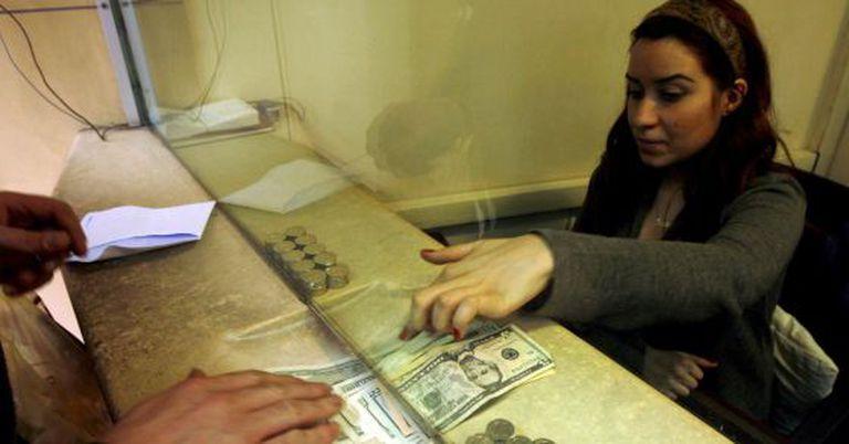 Um homem troca dólar em uma casa de câmbio em Istambul, na Turquia.
