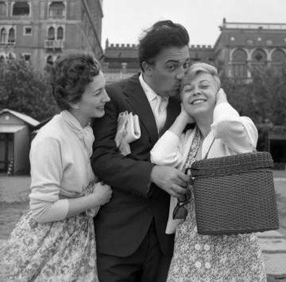 Fellini com a atriz Valentina Cortese e s esposa Giulietta Masina em Veneza, em 1955.