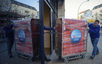 Membros do SPD alemão transportam cédulas para a votação deste domingo.
